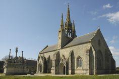 La chapelle de Tronoën et son calvaire. Finistère