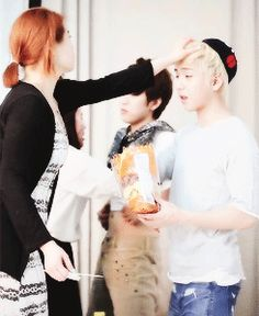 baro's relationship with his coordi noona (this is adorable, he instinctively just hands her food)