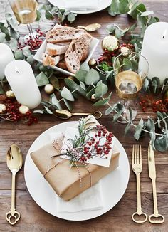 ☆ Fresh eucalyptus branches combined with candlelight and ac .- ☆Frische Eukalyptuszweige kombiniert mit Kerzenschein und Accessoires in satte… ☆ Fresh eucalyptus branches combined with candlelight and accessories in rich … - Christmas Table Settings, Christmas Tablescapes, Christmas Table Decorations, Holiday Tables, Decoration Table, Christmas Place Setting, Christmas Table Set Up, Lunch Table Settings, Christmas World