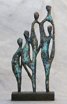 Leuk present bij o. een verjaardag, of afscheid van een colleg Sculpture Projects, Wood Sculpture, Family Sculpture, Art Sculptures, Ceramic Sculpture Figurative, Diy Artwork, Contemporary Sculpture, Objet D'art, Linocut Prints