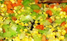 Легкий овощной суп с кукурузой Понадобится:  лук репчатый - одна луковка, морковь - одна морковка, корень петрушки - один, корень сельдерея - 30 г, масло растительное - две столовых ложки, картофель - 5 штук, капуста - 300 г, помидоры - 2 штуки, консервы из кукурузы - одна баночка, зелень, соль, перец.
