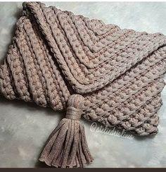 A brilliant craft to make and sell ohmy-creative. Crochet Clutch, Crochet Shoes, Crochet Handbags, Crochet Purses, Crochet Baby, Knit Crochet, Best Leather Wallet, Yarn Bag, Single Crochet Stitch