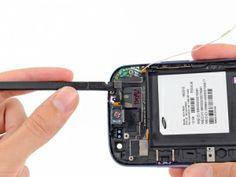 Schritt 4 -       Verkeilen Sie sorgfältig die flache Kante eines Spudger unter dem Umgebungslichtsensor.      Lösen Sie weiterhin den Hörer / Lautstärketasten / Lichtsensor Flachbandkabel aus der Frontplatte.