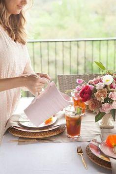 Felicidad es desayunar afuera una mañana fresca en el jardín