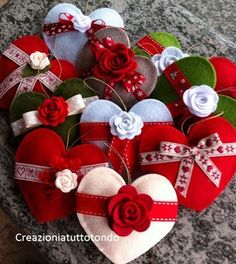 Felt Hearts with bows or felt flowers. Felt Christmas Decorations, Felt Christmas Ornaments, Valentine Decorations, Valentine Day Crafts, Christmas Projects, Holiday Crafts, Christmas Sewing, Christmas Crafts, Rustic Christmas