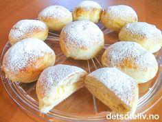 """""""Vaniljekremboller"""" er DEILIGE og myke hveteboller som er fylt med vaniljekrem og drysset med melis. Oppskriften gir 24 stk. Se også oppskrift på """"Drømmeboller"""", som er STORE boller fylt med vaniljekrem. Sweet Desserts, No Bake Desserts, I Love Food, Good Food, Norwegian Food, Sweet Bakery, Homemade Cookies, Let Them Eat Cake, No Bake Cake"""