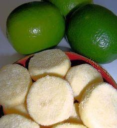 1 xícara (chá) de farinha de trigo 2 colheres (sopa) de amido de milho 1 xícara (chá) de manteiga 1/3 xícara (chá) de açúcar (ou mais, se desejar mais docinho) 2 colheres (sopa) de suco de limão Raspa de 1 limão 1 pitada de sal Açúcar de confeiteiro para polvilhar Sweet Recipes, Healthy Recipes, Bread Cake, Kitchen Recipes, I Love Food, Yummy Cakes, Cookie Recipes, Biscuits, Food Porn