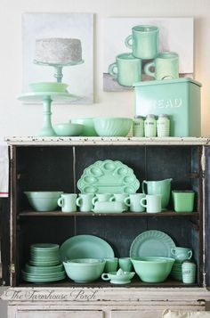 dreaaaaammmmm :) lovely vintage jadeite collection - llove the still life paintings too: The Farmhouse Porch Vintage Kitchenware, Vintage Dishes, Vintage Glassware, Vintage Pyrex, Look Vintage, Vintage Green, Vintage Decor, Vintage Stuff, Ideas Para Organizar