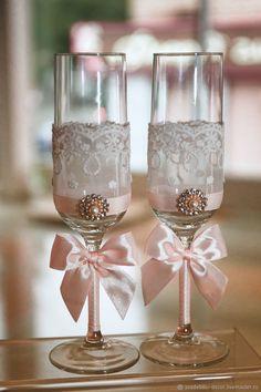 Купить или заказать Свадебные бокалы Роза под снегом в интернет магазине на Ярмарке Мастеров. С доставкой по России и СНГ. Материалы: чешское стекло, ажурное кружево,…. Размер: 250 мл