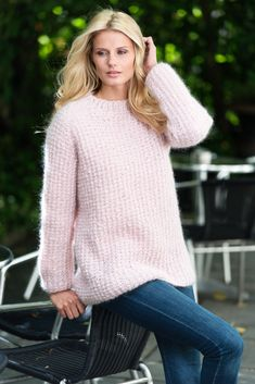 En lækker og hjemmestrikket sweater til den mere overskyet sommerdag. Crochet Throw Pattern, Knit Patterns, Knit Crochet, Cozy Sweaters, Pullover Sweaters, Sweaters For Women, Cardigans, Summer Knitting, Mohair Sweater