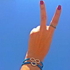 Paz, amor, céu azul e acessórios @benditasstore! Tem combinação mais perfeita pra curtir o feriado em grande estilo? Pulseiras shambalas de macramê turquesa com símbolo do infinito e olho grego com strass que vão invadir o nosso verão 2016! Peace, love, friends, sun, sky, cool.