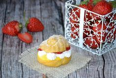 Desert choux a la creme cu capsuni Creme, Deserts, Muffin, Strawberry, Dining, Fruit, Breakfast, Food, Creamed Cabbage