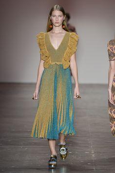 Blusa de trico com lurex e babados dourado na parte superior e mescla de tons de dourado e azul na parte da saia.  Desfile GIG Couture no São Paulo Fashion Week. SPFW | VERÃO 2017