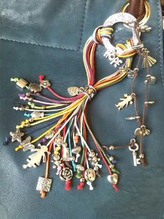 ProvocArteConCiencia — #colgantes # pulseras #AdornosBolsos 3 en 1:... Beaded Jewelry, Handmade Jewelry, Beaded Bracelets, Bead Crafts, Jewelry Crafts, Do It Yourself Jewelry, Diy Tassel, Tassels, Diy Purse