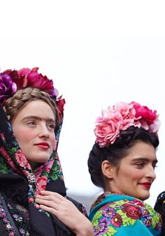 Frida Kahlo-inspired Austrian fashions by Susanne Bisovsky, 2013 Pretty Little Dress, Little Dresses, Green Costumes, Romantic Woman, Russian Folk, Paris Shows, Ethnic Fashion, Style Fashion, Mexican Style