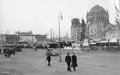 Weihnachtsmarkt im Berliner Lustgarten / Marx-Engels-Platz, rechts der zerstoerte Berliner Dom, links das Alte Museum- 1953