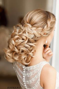 Come one, come all, to see the most glamorous wedding hairstyles of all from Elstile, featuring long, full, bouncy curls and sophisticated updos.