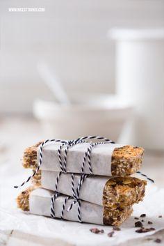 Selbstgemachte gesunde Superfood-Müsliriegel mit Cocoa Nibs