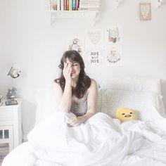 Depois de passar esses dias mágicos no Japão com o @hasegawaphoto 🍀 acordei confusa hoje sem saber direito onde tava 😂 Eu adoro essa sensação louca pós-viagem. Quem aí também gosta? 😌 #gudetama #bedroom
