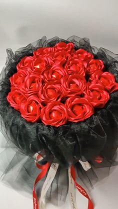 Red rose flower bouquet made of lollipops - San Valentin Regalos Caja Candy Bouquet Diy, Flower Bouquet Diy, Diy Flowers, Fabric Flowers, Flowers Garden, Lollipop Bouquet, Money Bouquet, Flower Diy, Bouquet Wedding