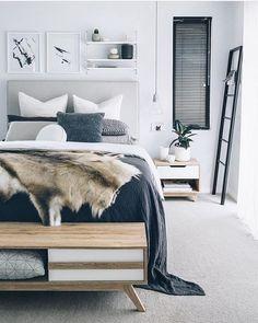 Dormitorio nórdico con mueble almacenaje a los pies de la cama. Detalles de decoración perfectamente coordinados.