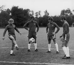 CFC youngsters Ray Wilkins (left) and brother Graham (right) are watched training by Peter Osgood (second left) and Eddie McCreadie British Football, Retro Football, College Football, Fc Chelsea, Chelsea Football, Ray Wilkins, European Soccer, Stamford Bridge, Tottenham Hotspur