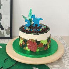 Dino feest eten & drinken: van velociraptor klauwen tot threerex taart   mamalifestyle.nl Birthday Cake, Snacks, Desserts, Food, Tailgate Desserts, Appetizers, Deserts, Birthday Cakes, Essen