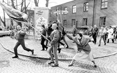 1985 A Senhora da Mala, fotografia de Hans Runesson, (enfrentando um grupo de skinheads neo-nazistas, Suécia)
