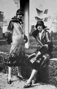 Sonia Delaunay presenta la sua collezione di abiti simultanei al Salon d'automne di Parigi
