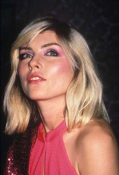 Ela já usou make todo cor de rosa e o cabelo platinado mais copiado desde os anos 70: Debbie Harry completa 70 anos e é claro que nós comemoramos!...