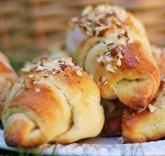 Opskrift på lækre gammeldags kærnemælkshorn med remonce. Bagt på den traditionelle måde med gær, smør og marcipan. Find opskriften her.