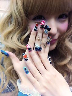 ugh, I hate her make-up, but just look at her nails! they're alice in wonderland themed! :O