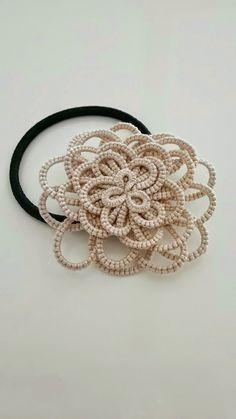 タティングレースで作った立体的なお花が印象的なヘアゴムです。洋服のほか、着物や浴衣などの和装にもオススメです❤--------------------※手作り...|ハンドメイド、手作り、手仕事品の通販・販売・購入ならCreema。
