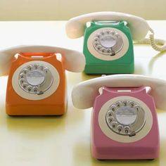 OBJETOS RETRÔ      Sempre que vejo esses objetos relembro da minha infância na casa dos meus pais e avós, as geladeiras gorduchinhas, os pinguins em cima delas, os fogões coloridos, os telefones de discar, televisões em preto e branco, móveis antigos e etc.