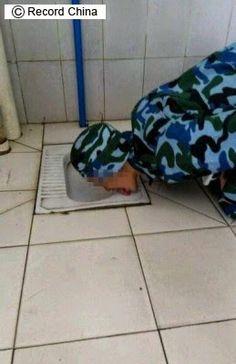 特亜ボイス: 【中国人も舐めてたーー!!】 学校の軍事訓練、舌で便器をなめる画像がネットで物議 ―中国
