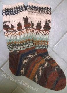 Harmaat silmuresorisukat miehelle Pitihän tuota omakeksimää resoria kokeilla muihinkin sukkiin. Ohjeen löydät tältä sivulta . Lanka Nallea ... Baby Knitting Free, Knitting Charts, Hand Knitting, Knitting Patterns, Crochet Socks, Crochet Art, Knitting Socks, Patterned Socks, Happy Socks