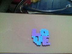 Esta figura de hama beads o perler beads es un love morado y azul. Hecho por mi.