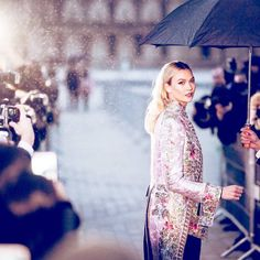Karlie Kloss arriving at the Louis Vuitton Fall 2018 show in Paris ☔️