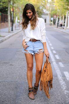 trendy_taste-look-outfit-street_style-ootd-blog-blogger-fashion_spain-moda_españa-boho-hippie-flecos-botines_camperos-cowboy_booties-mochila-backpack-blusa-camisa-denim-shorts-vaqueros-6