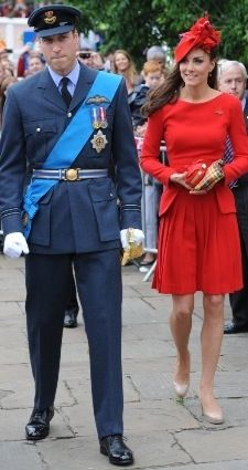 Looking stunning in red Alexander McQueen. Duke and Duchess of Cambridge Kate Middleton Prince William Diamond Jubilee Queen's pageant Princesse Kate Middleton, Kate Middleton Prince William, Prince William And Catherine, William Kate, Princesa Kate, Lady Diana, George Of Cambridge, Principe William Y Kate, Estilo Kate Middleton