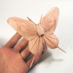 El vietnamitaNguyen HùngCuonglleva el arte del origamia sus límites con estas re-creaciones de animales. El origami es un arte de origen japonés que consiste en el plegado del papel, sin cortarlo ni pegarlo, para obtener las más variadas figuras. Comenzó doblando papel a los cinco años y su bello trabajo es conocido en todo el mundo. Estas son algunas de sus sobresalientes obras:               Fuentes: http://www.medioambiente.org/  https://www.flickr.com/photos/blackscorpion/