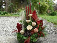 Grave arrangement All Saints Day Dead Sunday Grave jewelry commemorate nature exotic Best Picture For funeral ceremony For Your Taste You are looking for something, and it is going to tell you exactly Christmas Candles, Christmas Centerpieces, Christmas Wreaths, Art Floral Noel, Funeral Ceremony, Grave Decorations, All Saints Day, Funeral Flowers, Fall Flowers