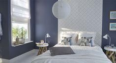 Une chambre aux murs gris qui capte la lumière grâce à sa tête de lit réalisée à l'aide d'un papier peint kaléidoscope en ton sur ton. Une association peinture-papier peint gagnante qui crée modernité et douceur de vivre. http://www.castorama.fr/store/pages/zoom-sur-peinture-grise-gris-illusion.html