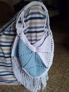 Bolsa confeccionada em barbante colorido, ponto croche, forrada, com franjas.