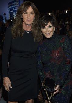 Caitlyn e Kris Jenner posam juntas no tapete vermelho da Victoria's Secret