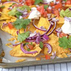 Perfect voor bij de borrel: nacho's uit de oven. Met slechts een handvol ingrediënten staat dit Mexicaanse borrelhapje binnen een kwartier op tafel.