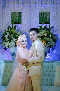 Wedding Photography Poses, Wedding Poses, Wedding Photoshoot, Wedding Couples, Foto Wedding, Dream Wedding, Couple Wedding Dress, Wedding Dresses, Indonesian Wedding