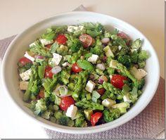 Nu de temperaturen weer wat stijgen is het tijd voor lunchsalades boordevol groenten en gezonde vetten. En een beetje kaas voor wat extra smaak! De hoeveelheden die ik hier vermeld zijn voor vier p…
