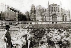 """Um 1900 entstand auf der """"Simmeringer Haide"""" das Gaswerk. Die einstigen Gasspeicher sind heute zu Wohnungen und Geschäften umgebaut (Gasometer)."""