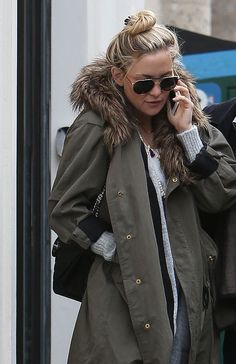 Spotted in Paris yesterday, Kate Hudson's loosely coiled topknot and face-framing baby hairs were made for a day spent wrapped in a warm, furry collar. Kate Hudson, Cozy Fashion, Daily Fashion, Daytime Outfit, Winter Looks, Winter Style, Autumn Winter Fashion, Outfit Of The Day, Ideias Fashion